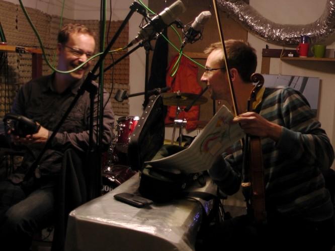 Lukáš a Olda debatují nad houslovým partem